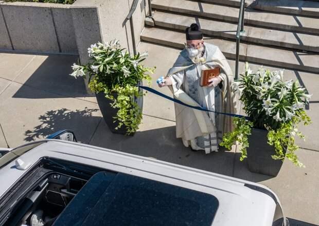 Священник вСША благославлял прихожан изводяного пистолета истал звездой соцсетей