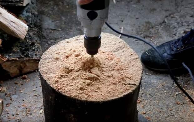 С помощью фрезы для дерева просверливаем отверстие в торце полена / Фото: rukami.boltai.com