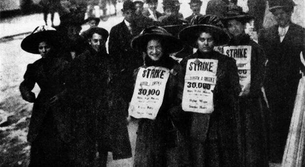 Работницы швейной промышленности создали в 1900 году один из наиболее знаменитых союзов в истории США — Международный союз изготовительниц женской одежды. Швейные предприятия в больших городах, таких как Нью-Йорк, находились в плачевном состоянии: высокая пожароопасность, тусклое освещение, оглушающий шум машин, вредные отходы. Женщин штрафовали практически за все — за разговоры, смех, пение, пятна машинного масла на ткани, слишком маленькие или слишком большие стежки. Переработки были постоянными и обязательными, но не оплачивались. При поддержке Национальной женской лиги профсоюзов, основанной в 1903 году — объединения женщин-рабочих и женщин среднего класса, поддерживающих рабочее движение — изготовительницы блузок устроили серию забастовок против Лейзерона и Ко и компании Триангл Уэйст, двух пользующихся самой дурной славой предприятий. Названные «Восстанием 20 тысяч», эти выступления увенчались первой масштабной и длительной женской забастовкой, покончив с надоевшими стереотипами о том, что женщины не в состоянии организовать и выдержать долгую трудную борьбу.