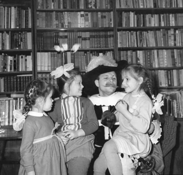 Юрий Гагарин в костюме мушкетёра встречает новый 1965 год в кругу семьи