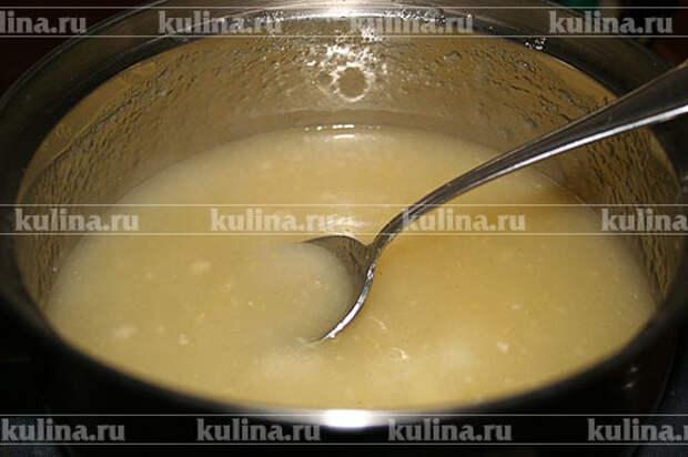 В лимонный сок добавить оставшуюся воду, цедру, сахарную пудру и перемешать до растворения сахара. Затем добавить смесь с кукурузной мукой, перемешать, поставить на умеренный огонь и, помешивая, довести смесь до загустения.