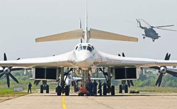 На фото: стратегический бомбардировщик Ту-160