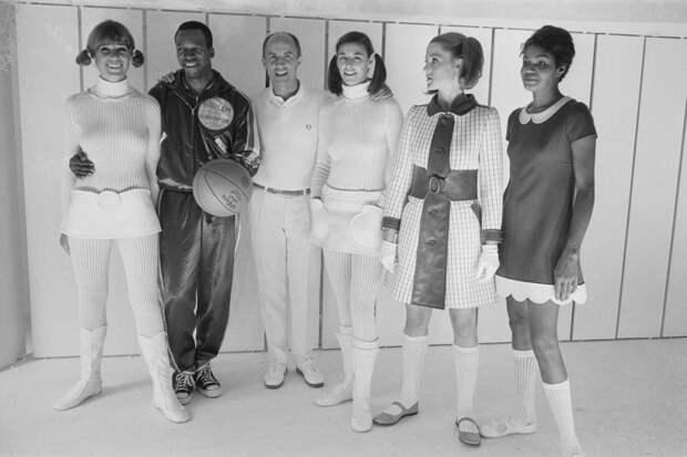Андре Курреж в окружении своих моделей, 1968 год