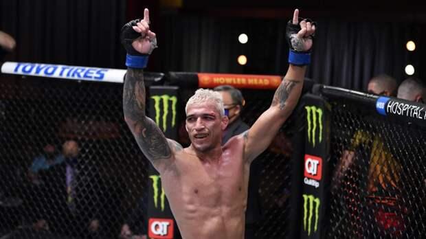 Оливейра нокаутировал Чендлера и стал чемпином UFC в легком весе (видео)