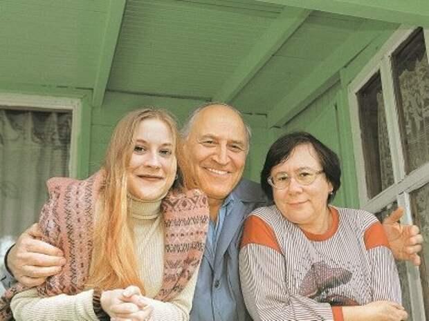 Телеведущий с супругой Татьяной и дочерью Еленой на своей даче