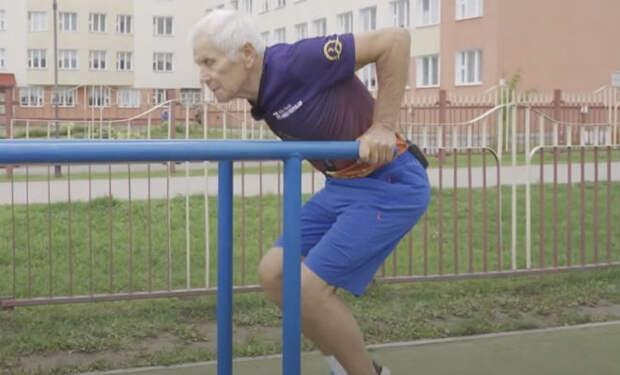 80-летний пенсионер тренируется каждый день уже 60 лет и до сих пор сильнее многих молодых. Смотрим тренировку против старости