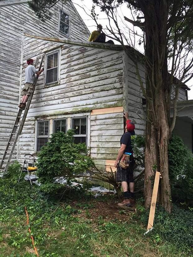 Добрые соседи отремонтировали и покрасили дом учительницы-пенсионерки