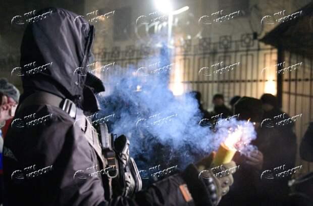 Закидывают посольство РФ дымовыми шашками и жгут машины: радикалы устроили погром в Киеве