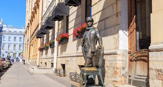 Блог Павла Аксенова. Анекдоты от Пафнутия. Monument to Ostap Bender. Saint-Petersburg, Russia. Фото MaykovNikita - Depositphotos