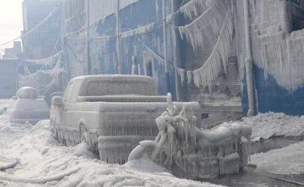 Замерзший транспорт на улице