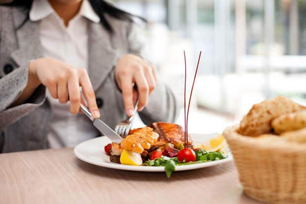 15 нарушений ресторанного этикета.