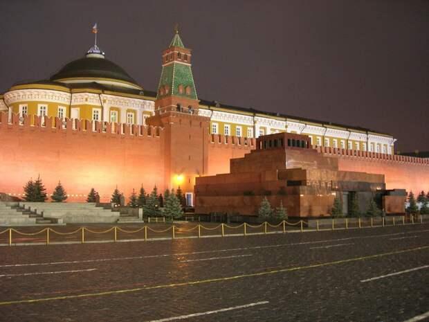 Мавзолей в Москве закрыли для посетителей. Левые готовят протесты
