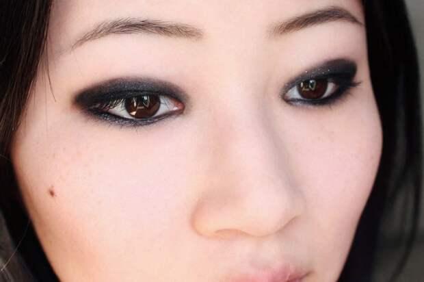 Дымчатый макияж можно сделать при помощи черного карандаша. / Фото: Pinterest.ru