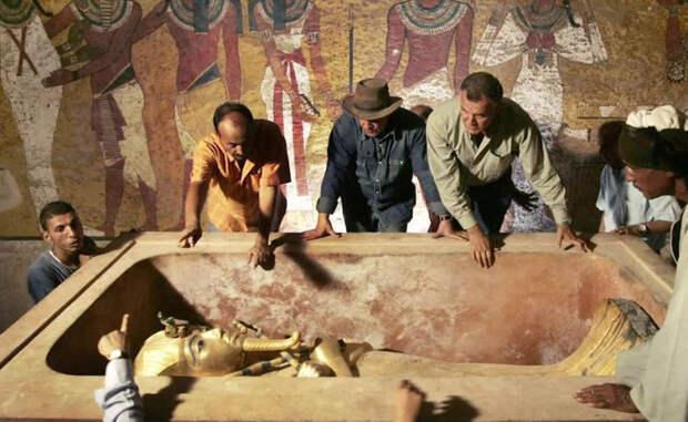 Развитая цивилизация Из работы Даниэла Комели следует логичный вывод: египтяне не только знали о том, что с неба падают железные сплавы, но и умели их использовать для создания предметов вооружения. Кинжал Тутанхамона изготовлен очень качественно, что говорит о высоком уровне мастерства египтян в обработке железа. То есть, еще в XIII веке до н.э., за две тысячи лет до зарождения западной цивилизации, египтяне уже обладали невероятным уровнем знания.
