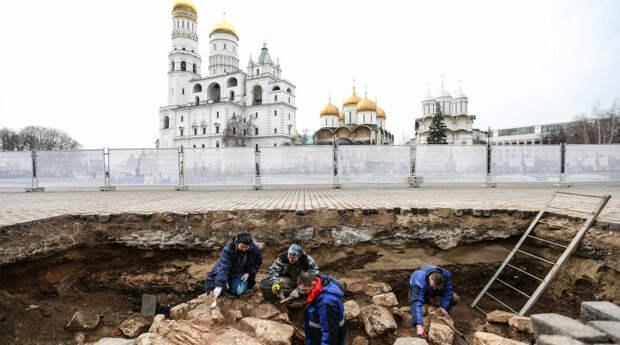 Работа археологической группы во время раскопок в Кремле/ Фото: www.gazeta.ru