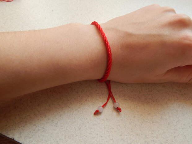 Для чего нужна красная нить на руке?
