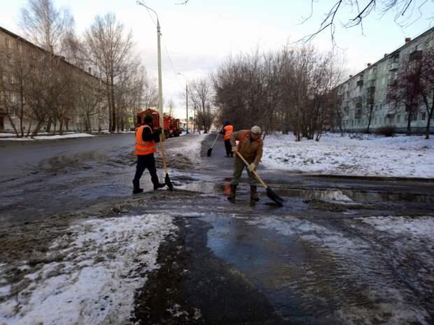 Третий порыв за три дня: часть улицы Дзержинского в Ижевске залило водой из-за порыва трубы