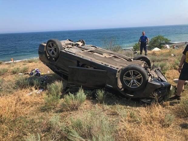 В Крыму иномарка слетела с трассы на пляж