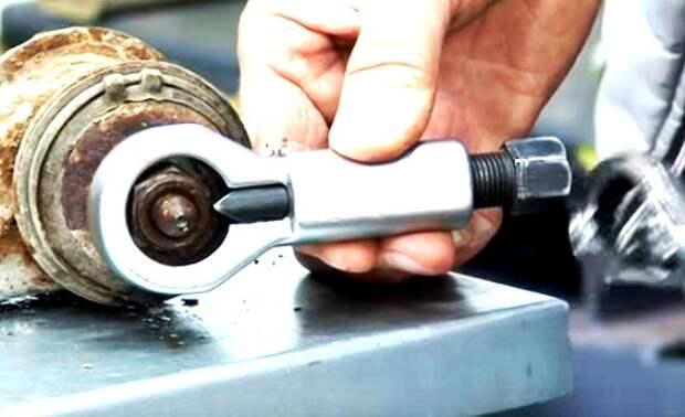 Инструмент, с помощью которого можно «победить» даже намертво прикипевшую гайку. | Фото: roadpart.ru.