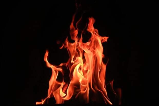 Горящую урну на Дыбенко потушили до приезда пожарных