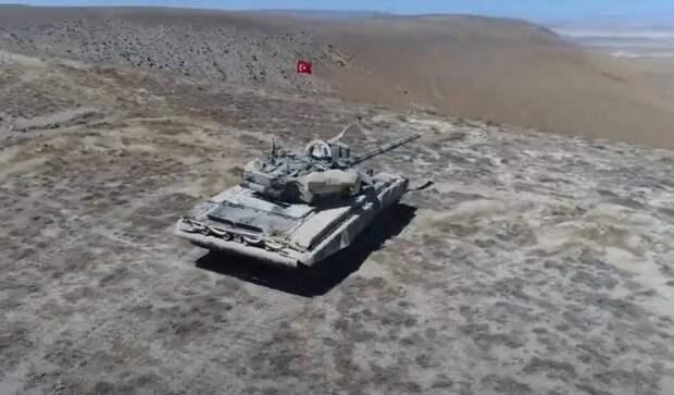 Т-90 с турецким флагом: военные в Азербайджане позируют на фоне российских танков