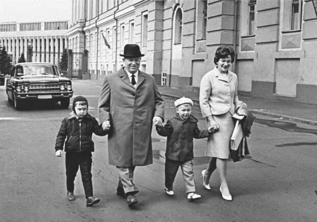 Никита Хрущёв с внуками и невесткой на прогулке. СССР. 1960-е