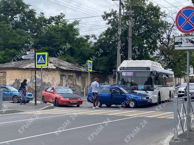 В Симферополе на одном из перекрёстков автобус с пассажирами врезался в легковушку