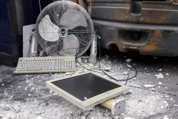 сломанный компьютер на полу среди мусора