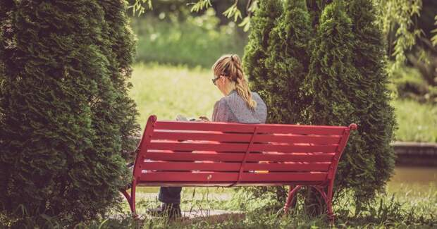 Девушка сидит на скамейке