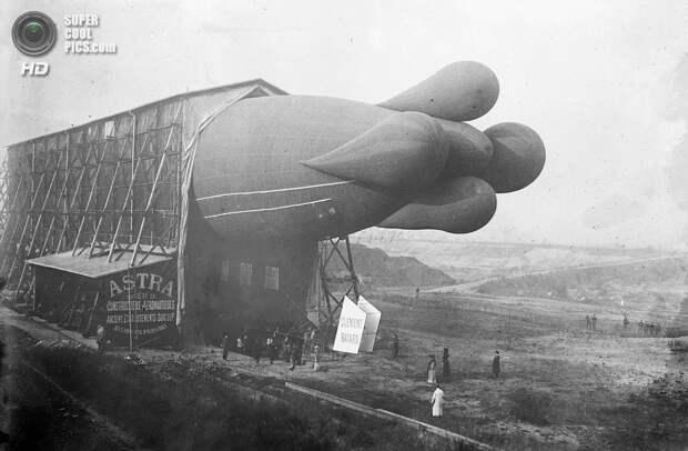 Франция. 1908 год. Дирижабль Clément-Bayard в доке. Хвост, предназначенный для стабилизации, очень замедлял движение. В дальнейших моделях от этого элемента отказались. (Library of Congress)