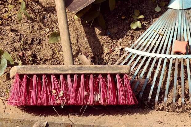 Мусор и битое стекло убрали с детской площадки в Ферганском — Жилищник