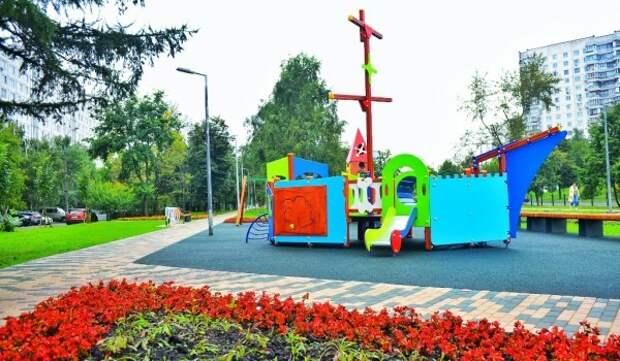 Москвичам объяснили, какие детские площадки и парки посещать разрешено