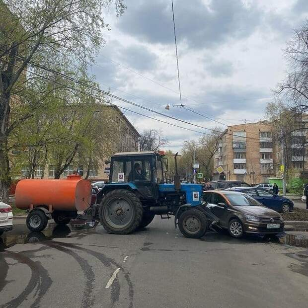 Трактор врезался в каршеринг и перекрыл дорогу на Малой Ботанической