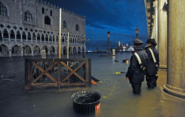 В частично затопленной Венеции ожидают новый подъем воды