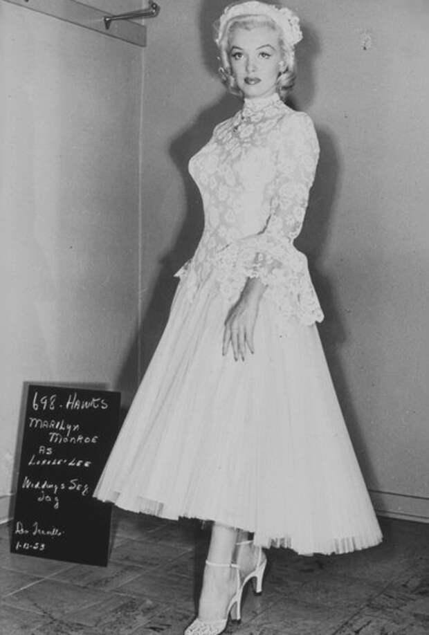 """Мэрилин Монро на примерке гардероба для фильма """"Джентльмены предпочитают блондинок"""" (1953)"""