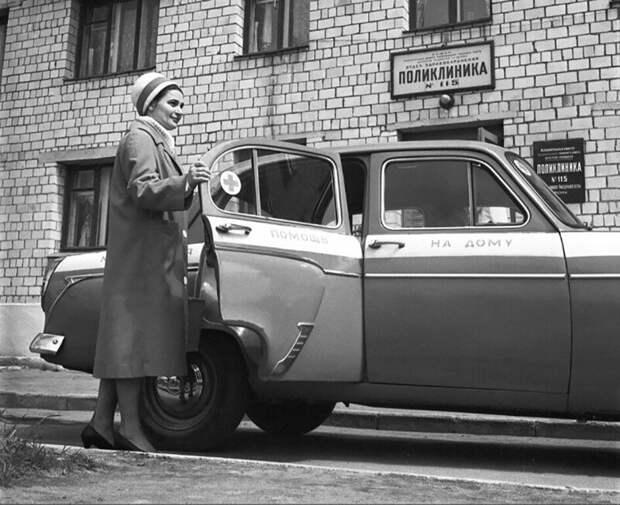 Участковый врач поликлиники № 115 Краснопресненского района Т. Самохина едет на вызов к больному на дом, Москва, 1962 год