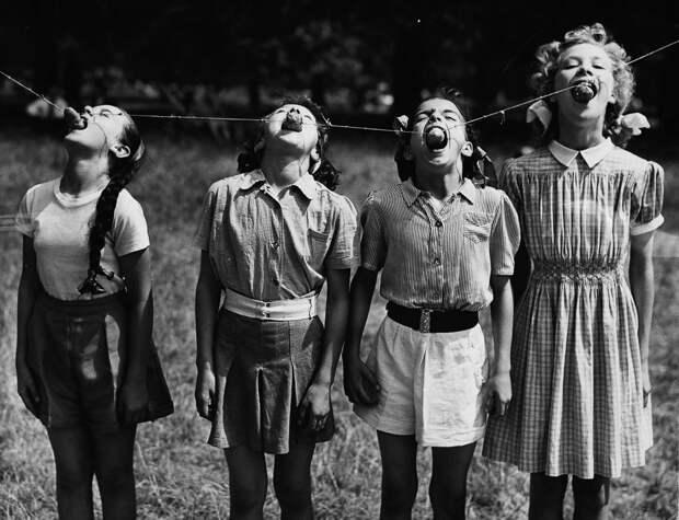 Конкурс по поеданию подвешенной картошки, Лондон, 1952.