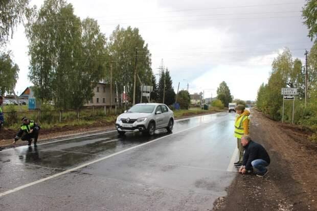 Эксперты и общественники Удмуртии проверили ход ремонта автодороги в центре Селтов