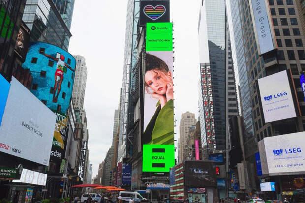 Огромный билборд с певицей Монеточкой появился на Таймс-сквер