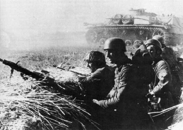 Немецкие десантники в окопе на Восточном фронте.