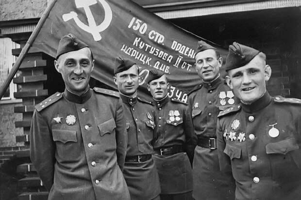 Берлин 1945 года. Знамя Победы перед отправкой в Москву. Крайний справа - Степан Неустроев.