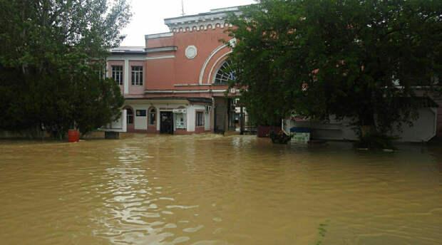 Потоп: в Крыму из зон наводнения спасатели эвакуировали тысячи жителей