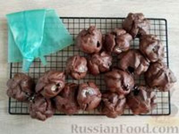 """Фото приготовления рецепта: Шоколадные профитроли с кремом """"Шарлотт"""" - шаг №27"""