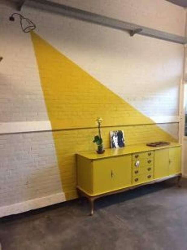 Мебель и стены с яркими вставками