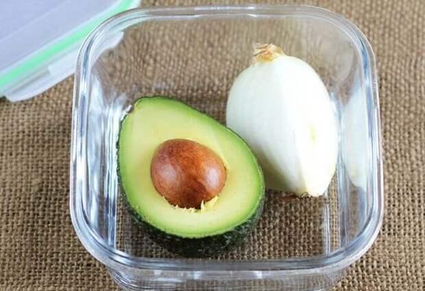 Благодаря луку авокадо останется свежим и на следующий день / Фото: polsov.com