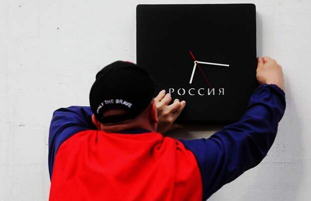 Грустный праздник: на доме Бориса Немцова установили часы с надписью «Россия» — они идут назад...