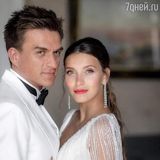 Горящее платье, открытая грудь и загорелые гости: смешные ситуации на свадьбах звезд