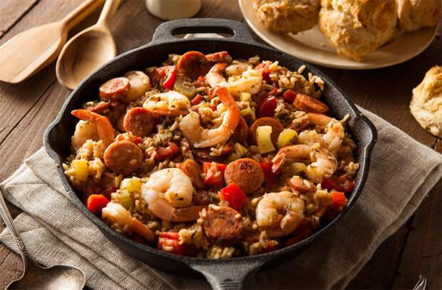 Добавляем в рис сосиски и мясо: готовим вместо плова