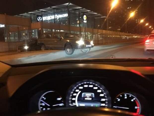До чего бахвальство довело: в Санкт-Петербурге автомобиль завис на раделителе