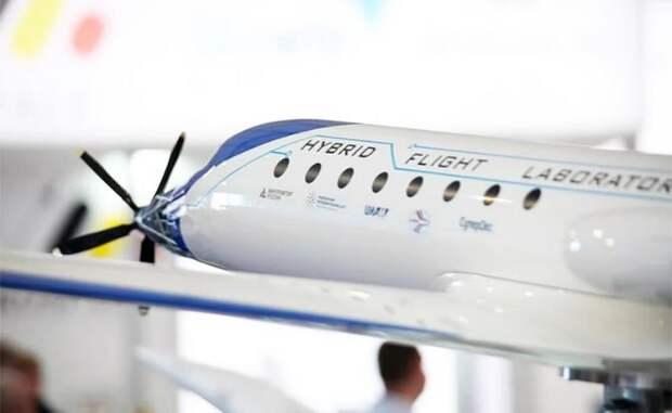 На фото: макет российского самолета «Электролет Су-2020»
